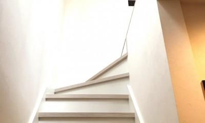 モノトーンで統一されたシンプルハウス (階段)