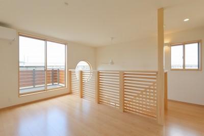 陽の光で明るい丸窓のお家 (陽の光で明るい2階)