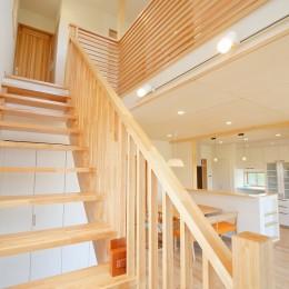 陽の光で明るい丸窓のお家 (開放的な直線階段)