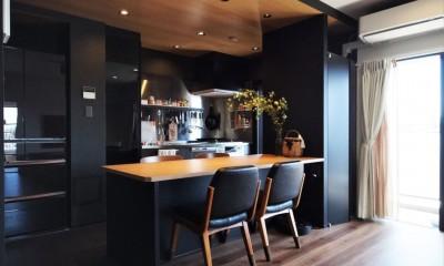 T様邸 ~こだわりの白と黒のコントラスト美~ (キッチン)