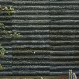 0(ゼロ)LDKの家 (滝が流れる石材)