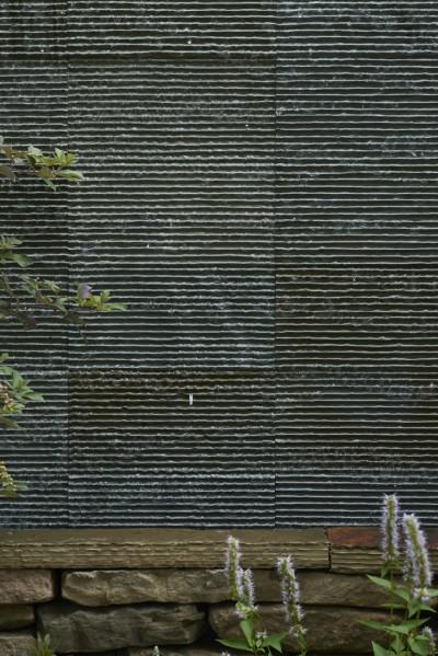 滝が流れる石材 (0(ゼロ)LDKの家)