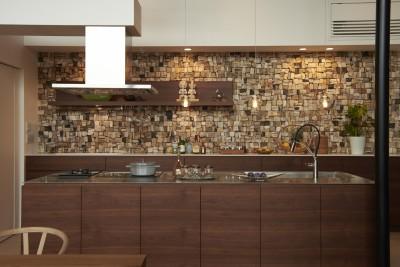 表情豊かな木化石の壁材 (0(ゼロ)LDKの家)