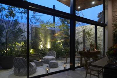 滝の流れる中庭 (0(ゼロ)LDKの家)