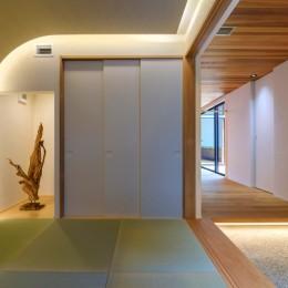 降り注ぐ家 (アールの壁と間接照明を使ったデザイン)