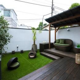 非日本的な家 (ガゼボのあるバルコニーテラス)