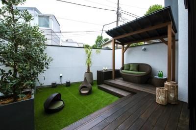 ガゼボのあるバルコニーテラス (非日本的な家)