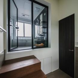 非日本的な家 (眺望を活かすバスルーム)