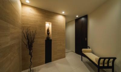 非日本的な家 (トラバーチンを贅沢に使用したエントランス)