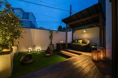 美しい夕景を楽しめるバルコニーテラス (非日本的な家)
