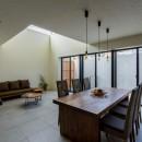 視野広がる家の写真 チーク古材のダイニングテーブルとソファ
