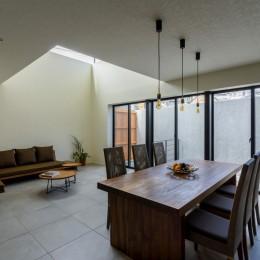 視野広がる家 (チーク古材のダイニングテーブルとソファ)