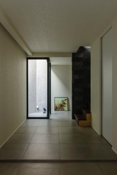 シンプルモダンな玄関 (視野広がる家)