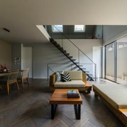 こだわりが重なる家 (オーダーでカラーリングしたヘリンボーンの床材)