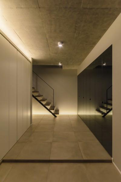 グレーペンミラーを扉した玄関収納 (こだわりが重なる家)