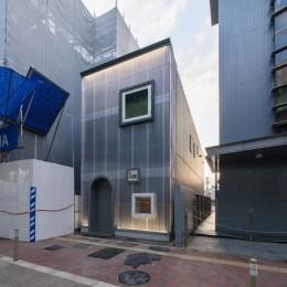 光のグラデーションハウス/照明で浮かび上がる店舗付き住宅 (外観)