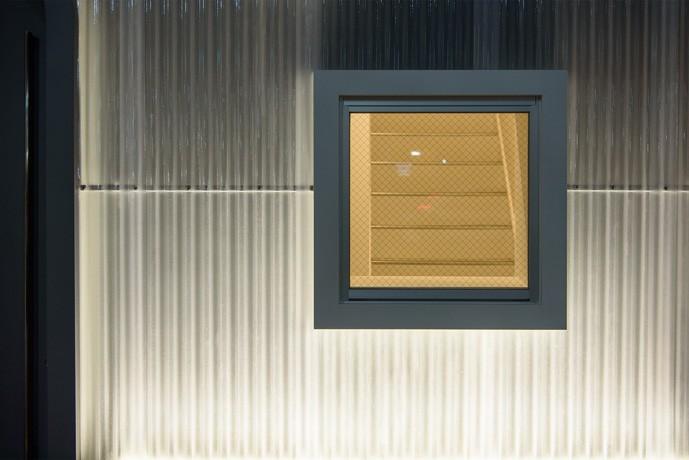 光のグラデーションハウス/照明で浮かび上がる店舗付き住宅 (外観-窓)