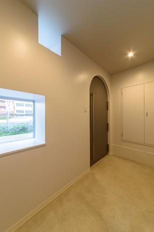 光のグラデーションハウス/照明で浮かび上がる店舗付き住宅 (玄関ドア)