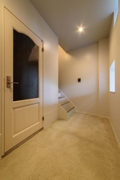 階段 (光のグラデーションハウス/照明で浮かび上がる店舗付き住宅)