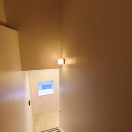 光のグラデーションハウス/照明で浮かび上がる店舗付き住宅 (階段)