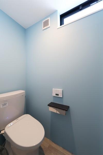 トイレ (窓をなくして光を呼び込む。逆転の発想で密集地でも開放感いっぱいに暮らせる家)