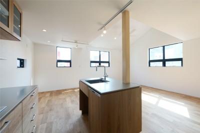 窓をなくして光を呼び込む。逆転の発想で密集地でも開放感いっぱいに暮らせる家 (キッチン/ダイニング)