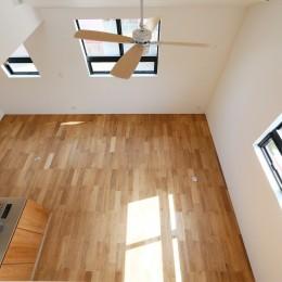 窓をなくして光を呼び込む。逆転の発想で密集地でも開放感いっぱいに暮らせる家