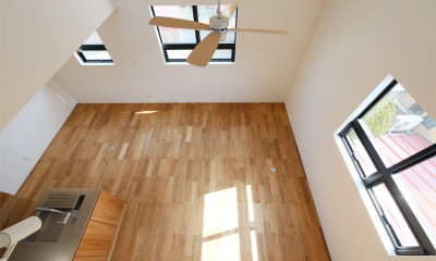 窓をなくして光を呼び込む。逆転の発想で密集地でも開放感いっぱいに暮らせる家 (リビング)