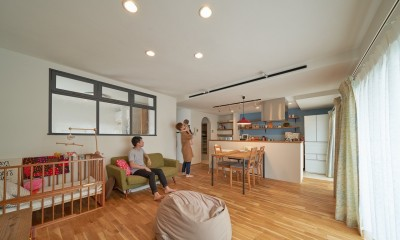 広々オープンキッチンの明るいマンションリノベーション