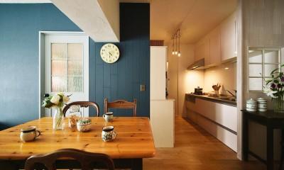 アンティーク家具が似合う部屋 (小窓を配置して「お洒落で可愛い」空間を演出)