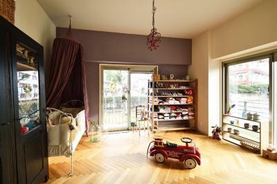 アンティーク家具が似合う部屋 (LDKと繋がる子供室)