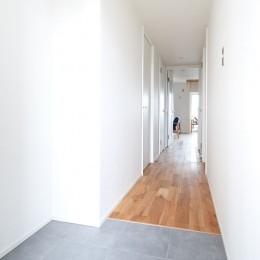 家族を見渡すギャラリールーム (玄関)