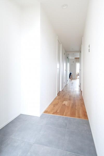 玄関 (家族を見渡すギャラリールーム)