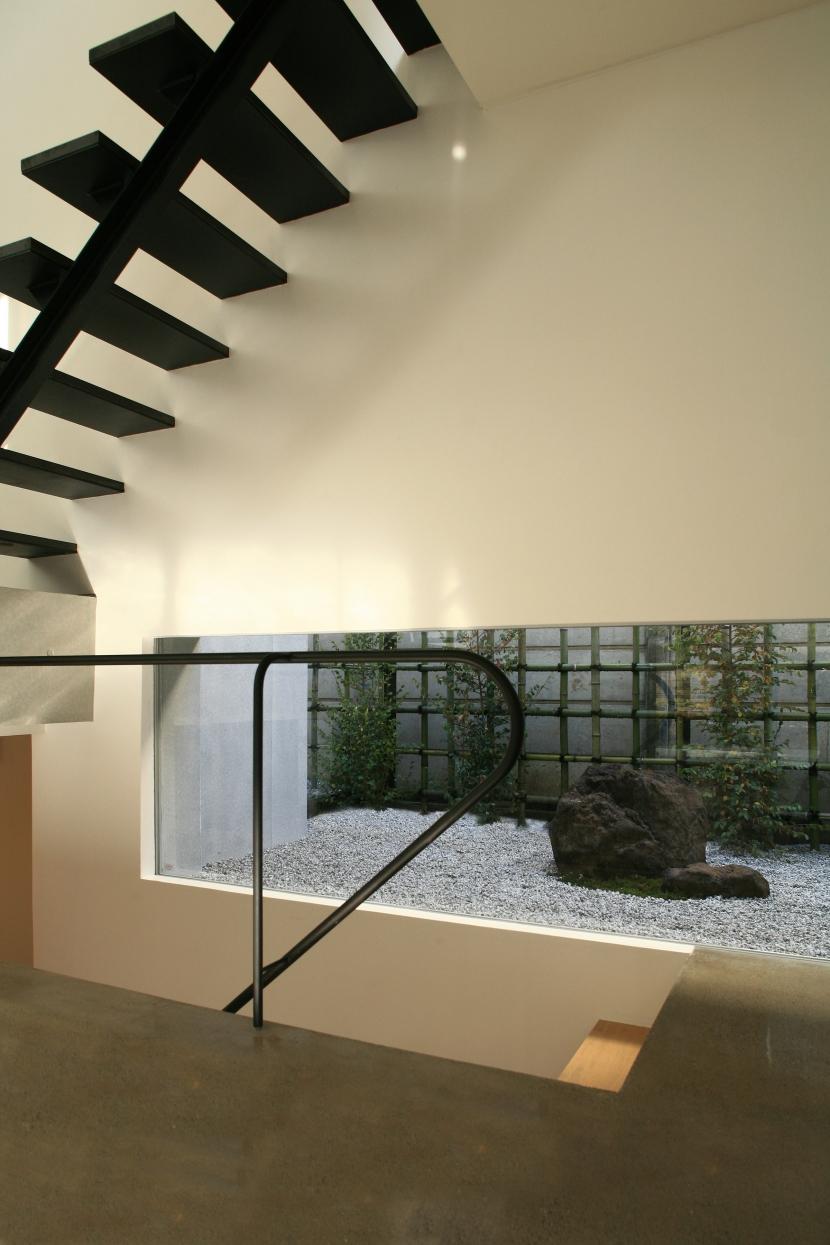 W-houseの部屋 階段と庭