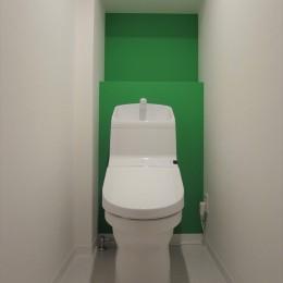 ハードさを隠した柔らかな白のリビング (トイレ)
