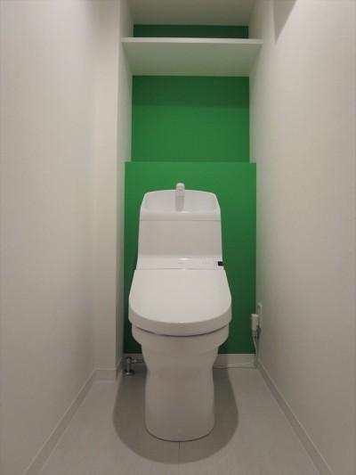 トイレ (ハードさを隠した柔らかな白のリビング)