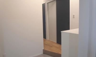 ハードさを隠した柔らかな白のリビング (2つの入口ドア)