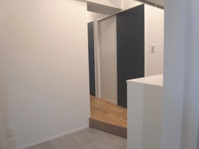 2つの入口ドア (ハードさを隠した柔らかな白のリビング)