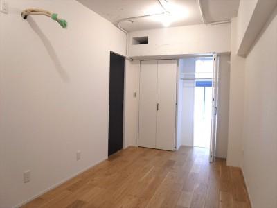 洋室 (ハードさを隠した柔らかな白のリビング)