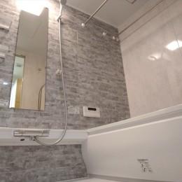 ハードさを隠した柔らかな白のリビング (バスルーム)