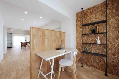 書斎 (春に、窓から美しい桜並木を楽しむお部屋。)