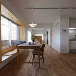 春に、窓から美しい桜並木を楽しむお部屋。 (キッチン/ダイニング)