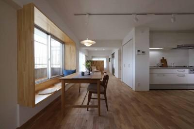 キッチン/ダイニング (春に、窓から美しい桜並木を楽しむお部屋。)