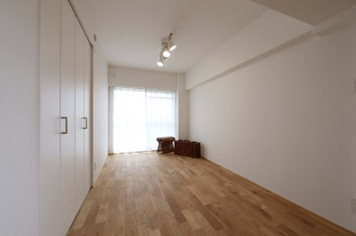 洋室 (春に、窓から美しい桜並木を楽しむお部屋。)