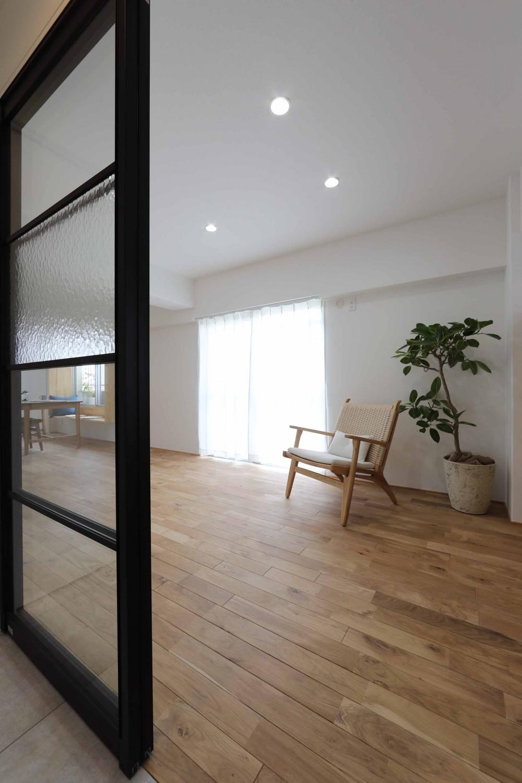 春に、窓から美しい桜並木を楽しむお部屋。 (リビング)