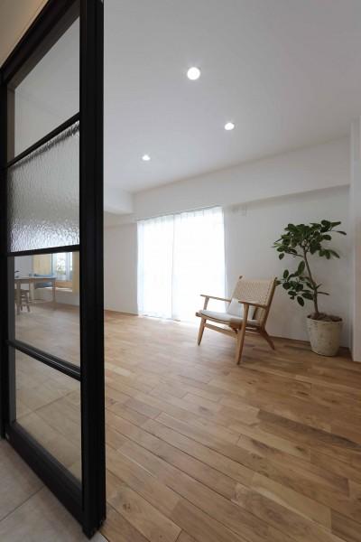 リビング (春に、窓から美しい桜並木を楽しむお部屋。)