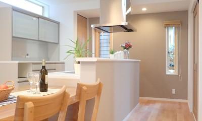 小上がりの畳コーナーと間接照明で癒し空間のあるお家 (ダイニングキッチン)