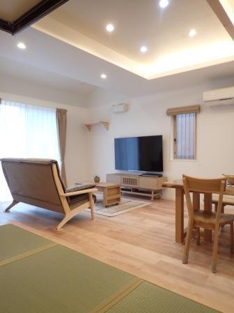 小上がりの畳コーナーと間接照明で癒し空間のあるお家 (リビング)