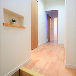 小上がりの畳コーナーと間接照明で癒し空間のあるお家 (玄関ホール~ウォークインクローゼット)