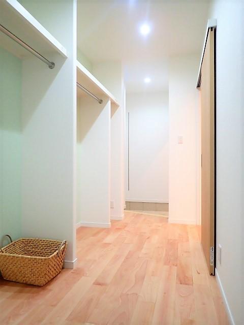 小上がりの畳コーナーと間接照明で癒し空間のあるお家 (土間収納~ウォークインクローゼット)